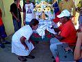 El Sr. Gilberto Yaguaran,custodio del Niño Jesus de Caigua, presentando la venerada imagen para la adoracion a la familia visitada.jpg