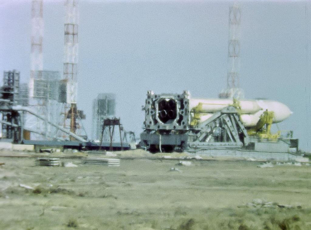 苏联超重型运载火箭Energia被遗弃在发射架上 - wuwei1101 - 西花社