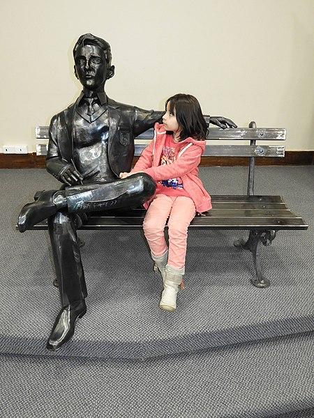 El joven Bolaño, alumno del Liceo de Hombres de Los Angeles, obra del escultor angelino Juan Carlos Rivas.