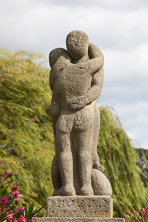 English: Sculpture dedicated to the emigrant, ...