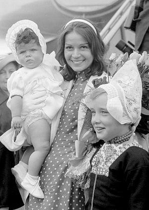 Eva Bartok - Bartok with daughter, Deana Jürgens (1958)