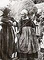 Femmes de la montagne filant la quenouille Botmeur-La Feuillée début XXème siècle.jpg