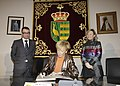 Fernández de la Vega firma en el Libro de Honor del Ayuntamiento de Parla. Pool Moncloa. 12 de abril de 2010.jpeg