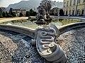 Fontana villa Olmo con lo stemma dei Visconti.jpg