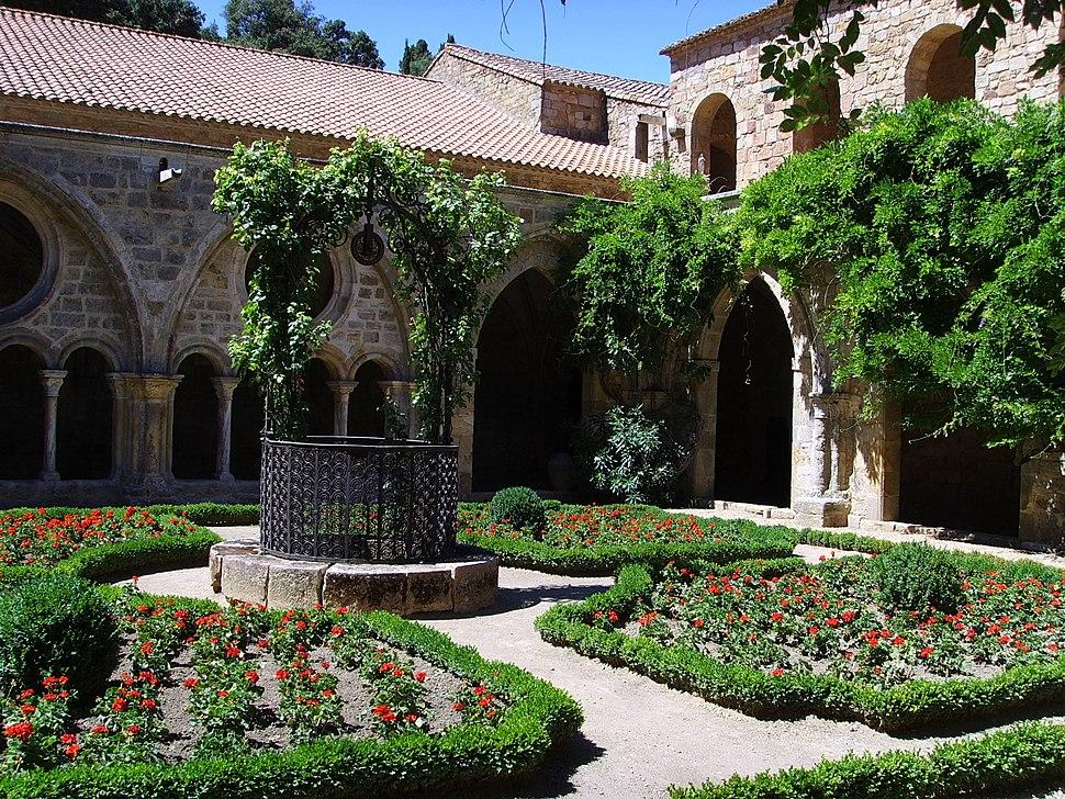 Fontfroide, fountain's courtyard