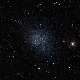 Die Fornax-dwergsterrestelsel, of PGC 10074 / 10093. Bron: ESO/Digitized Sky Survey 2