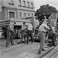 Fotothek df ps 0000234 002 Straßenbahngleisbau in der Warthaer Straße. Bauarbeit.jpg