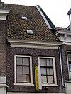 foto van Pand, met verdieping en zeer hoog zadeldak. De lijstgevel heeft een 19e-eeuws voorkomen