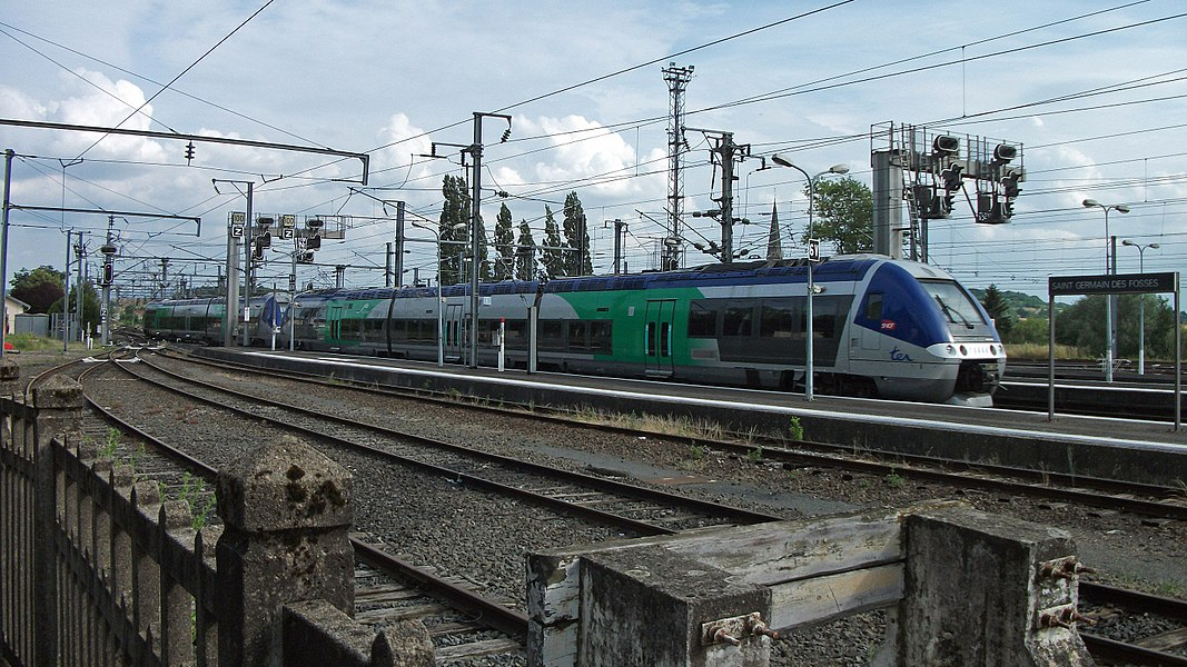 2 SNCF Class X 76500 (X 76549/550 and 76665/666) leave Saint-Germain-des-Fossés railway station. The train #873365 comes from Moulins-sur-Allier and goes to Clermont-Ferrand. Next stops: Vichy, Riom.