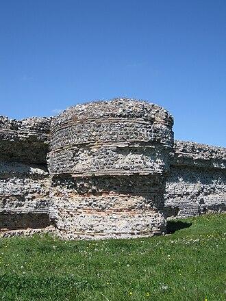 Burgh Castle Roman Site - Image: Gariannonum Burgh Castle east wall turret detail
