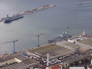 Sebuah pangkalan Angkatan Laut terletak di Gibraltar.