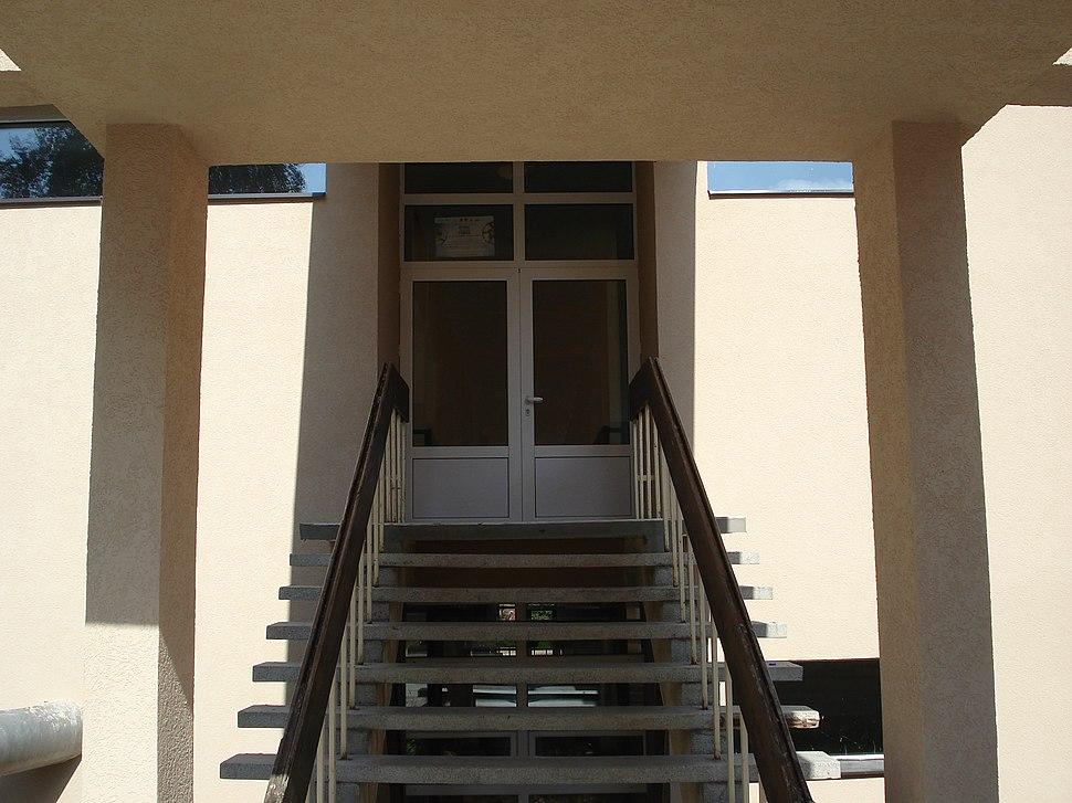 """Gimnazija """"Stevan Jakovljevic"""", mala zgrada, ulaz"""