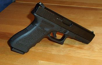 English: A Glock 17 handgun.