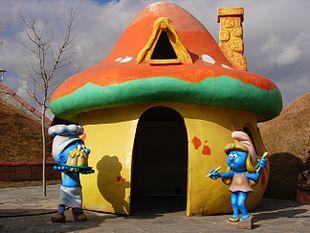 Rappresentazioni di Puffetta e Puffo Golosone in un parco divertimenti ad Ankara.