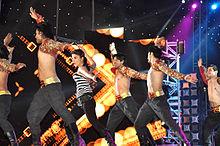 Priyanka Chopra dansen op het podium met een groep mannen