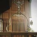 Interieur, koperen doopboog, staat op het hekwerk wat voor de preekstoel staat - Beets - 20388573 - RCE.jpg