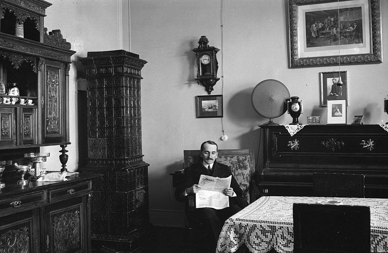 File:Interior, tile stove, portrait, man, serving cupboard, furniture, watch, wall picture, reading, newspaper Fortepan 26223.jpg