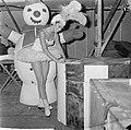 Joan Haanappel contract getekend voor platenmaatschappij Phonogram, Bestanddeelnr 917-0028.jpg