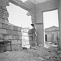 Jonge emigrant, zoon van een Roemeense advocate, bezig met het metselen van een , Bestanddeelnr 255-1205.jpg