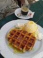 Kaffee und Waffel mit Eis.jpg