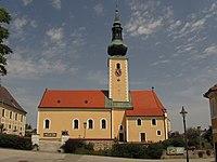 Kath. Pfarrkirche hl. Leonhard mit Friedhofsmauer in Großschönau.jpg