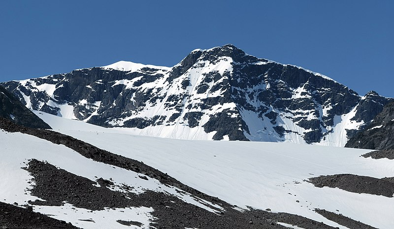 Fitxategi:Kebnekaise viewed from Tarfala valley - narrower crop.jpg
