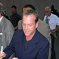 Kiefer Sutherland December 2007 (cropped).jpg