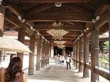 Pasillo exterior que conecta las distintas estructuras del templo