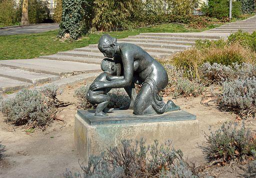 Kniende Mutter mit Kind Karlsplatz DSC 7804w
