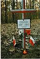 Krzyż upamiętniający niemiecką zbrodnię wojenną w lasach pod Magdalenką.jpg