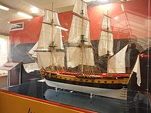 Photo d'une maquette d'un bateau à trois mâts dans une vitrine