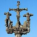 Lampaul-Guimiliau - enclos paroissial - croix sur le porche - 014.JPG
