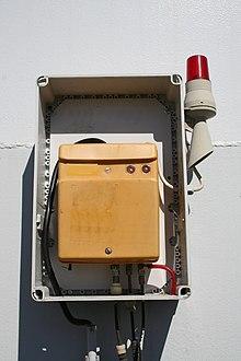 Leckanzeigegerät mit Alarmlampe an einem Öltank