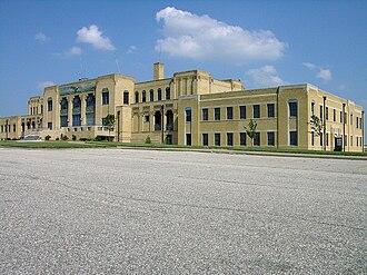 Wichita Dwight D. Eisenhower National Airport - Image: Low shot 2 R