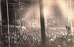 La creciente migración de afroamericanos generó grandes tensiones entre la población blanca y afroamericana del estado. Aquí, imagen de un afroamericano siendo linchado en público por la población blanca de Cairo.