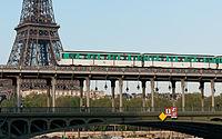 Métro Ligne 6 sur le Pont de Bir-Hakeim, Avril 2014.jpg