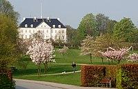 Marseliborg Slot set fra Mindeparken.jpg