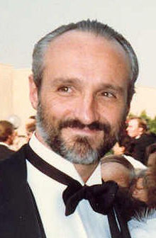 Michael Gross interprète Alfred Mosby.
