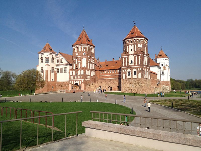 File:Mir Castle - newly built castle on historic ground.jpg