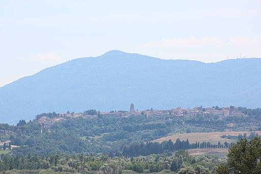 Chiusi, sul sfondo Monte Cetona