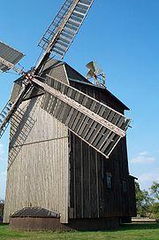 Paltrockwindmühle in Petkus mit Jalousieklappen und Windrose