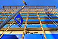 Nachmittag mit laterne verkehrszeichen balkonen und sonnenschirm (2512220456).jpg