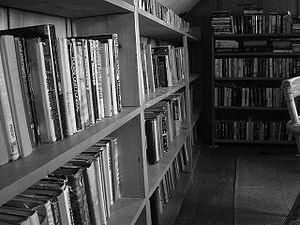 English: This is a picture of bookshelves in a...