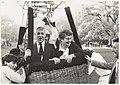 Opstijgende gasten tijdens een ballonvaart t.g.v. het 35-jarig bestaan van C.I.O.S. op buitenplaats Duinlust. NL-HlmNHA 54015736.JPG