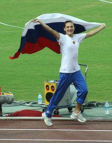 Yelena Isinbayeva, celebrando el oro conseguido en el salto de p�rtiga de los campeonatos mundiales de atletismo de 2007 en Osaka.
