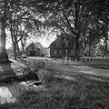 Overzicht voorgevel met links het koetshuis - Zwammerdam - 20366229 - RCE.jpg