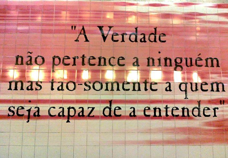 File:Painel de azulejos na estação de metro dos Olivais1.jpg