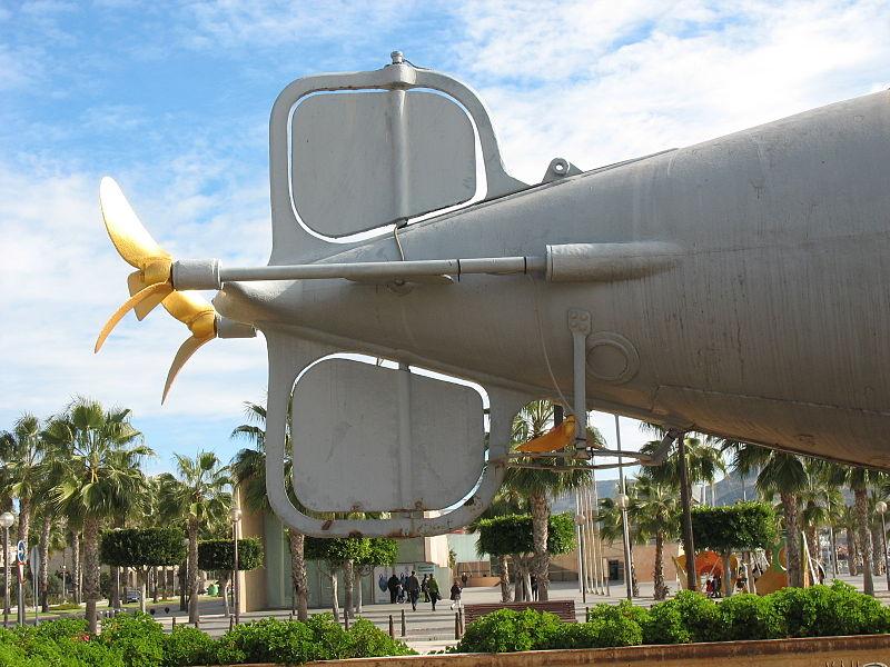 Archivo: Peral submarino - timón trasero y hélices - Cartagena, España 2012.JPG