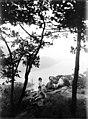 Photo de groupe sur un rocher dominant le Rhin et lîle de la Mauseturm, vallée du Haut-Rhin, Allemagne (6979114909).jpg