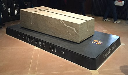 Tomb of Richard III with motto Loyaulte me lie (loyalty binds me) Picture of Richard III's new tomb (cropped).jpg